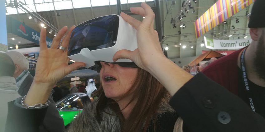 Geschäftsstellenleitung Frau Sabine Goetz mit einem Blick in die virtuelle Zukunft bei der CMT