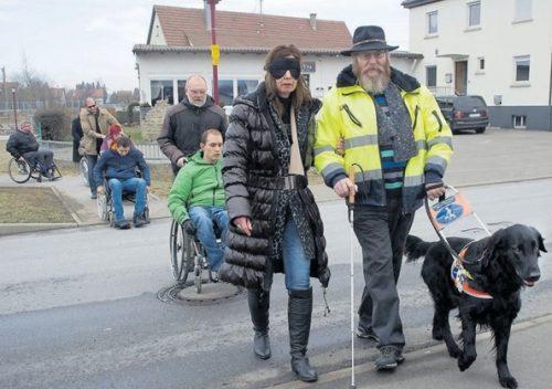 Wie fühlt es sich an, blind unterwegs zu sein, die Perspektive von Menschen mit Behinderung einzunehmen: Wie Menschen mit und ohne Behinderung im Alltag leichter miteinander zurechtkommen, war am Samstag den 3.3.2018 Thema eines Seminars in Dußlingen.